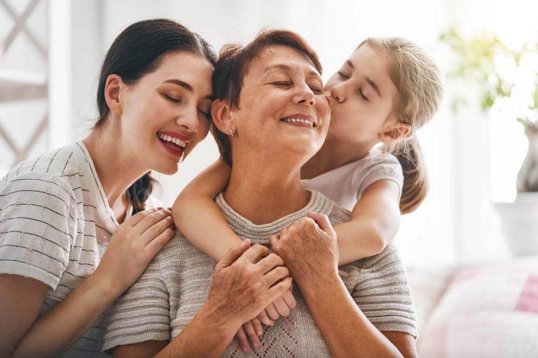 idős nő, unokák, méltóságteljes időskor